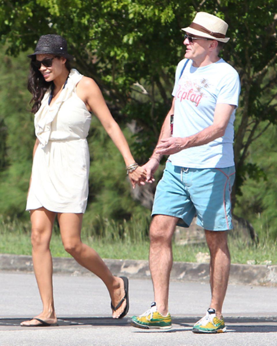 Händchenhaltend schlendern Rosario Dawson und Danny Boyle am Strand von Barbados entlang.