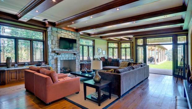 Hier kann die Familie relaxen: eines von mehreren großzügig geschnittenen Wohnzimmern in der luxuriösen Villa.