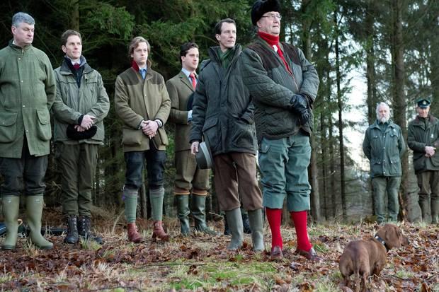 Mit Kennerblick begutachten die königlichen Jäger und Dackel Helike das Jagdrevier.