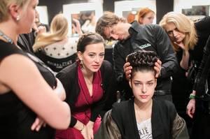 Fashion Week Berlin: Designerin Lena Hoschek und André Märtens besprechen den gewünschten Look.