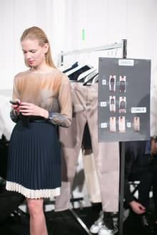 Fashion Week Berlin: Backstage bei Designer Hien Li: Das Model ist noch ganz entspannt.