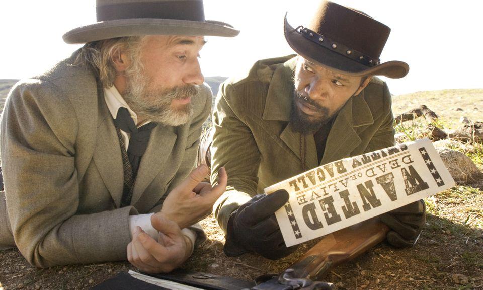 """""""Django Unchained"""" : Der neue Tarantino-Film spielt in Amerika, kurz vor dem Bürgerkrieg: Sklave Django (Jamie Foxx) wird von Kopfgeldjäger Dr. King Schultz (Christoph Waltz) befreit; er soll ihn zu zwei steckbrieflich gesuchten Verbrechern führen. Im Gegenzug soll Schultz Django helfen, seine geliebte Frau (Kerry Washington) aus den Fängen des brutalen Plantagenbesitzers Calvin Candie (Leonardo DiCaprio) zu befreien."""