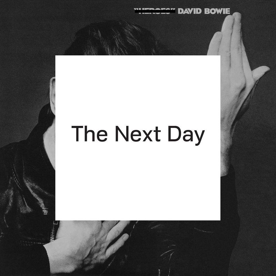 """Das Cover des Albums, das am 11. März erscheint, zeigt dasselbe Foto wie Bowies legendäres Album """"Heroes"""". Neu ist der weiße Sticker."""