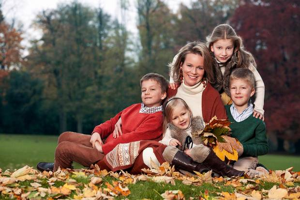 Gabriel (links), Eléonore, Elisabeth (hinten) und Emmanuel (rechts) posieren mit ihrer Mutter Prinzessin Mathilde.