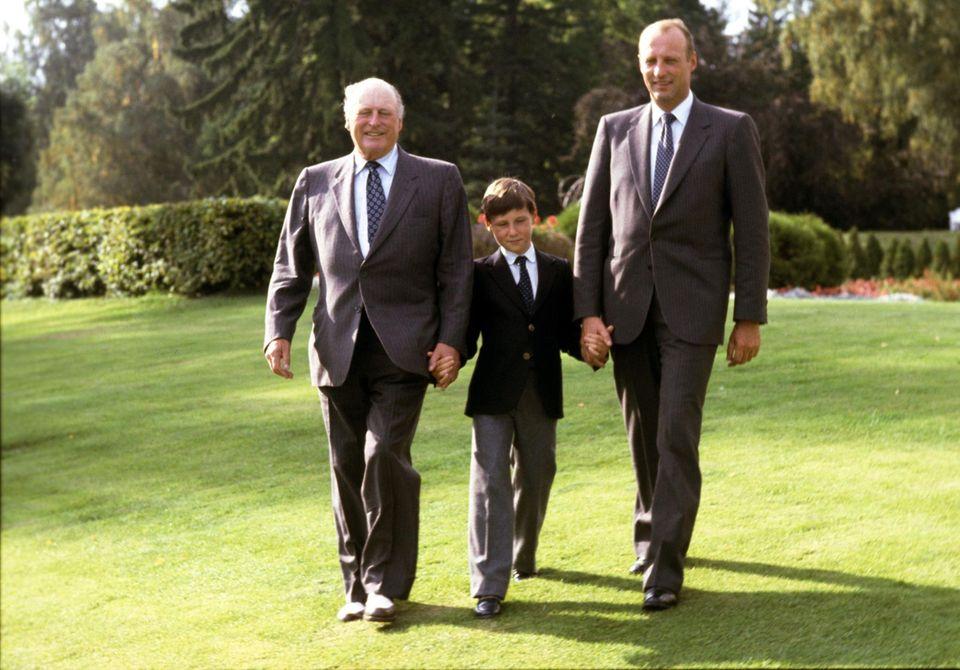 Das Drei-Generationen-Bild von 1982: König Olav, Prinz Haakon und Kronprinz Harald.