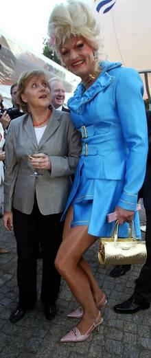 Dschungelcamp-Muddi trifft CDU-Mutti: Olivia Jones, 43, und Angela Merkel lernten  sich beim ZDF Sommertreff kennen.
