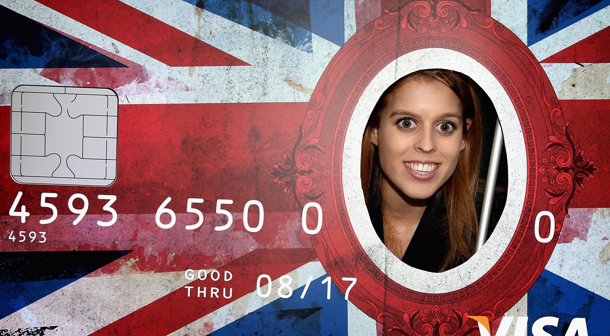Bei Zalando in Berlin wird Beatrice mit einer übergroßen Kreditkarte überrascht.