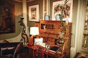 Familie Vuitton: Seit 1859 residieren die Vuittons nahe Paris. Überall in der Villa finden sich prunkvolle Erbstücke, auf Sekretären und Kommoden sind Familienfotos und Intarsienkästen arrangiert.