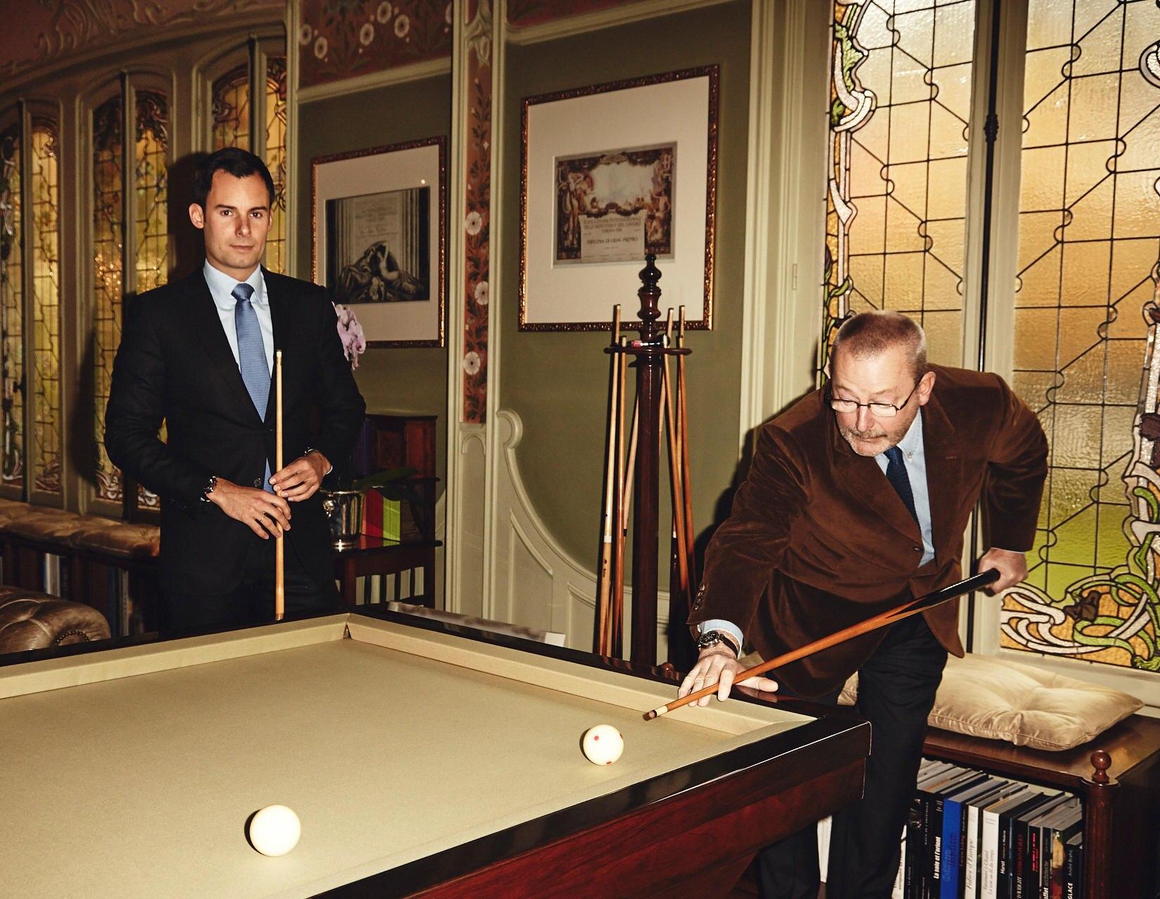 Familie Vuitton: Spielführer: Patrick Vuitton mit Sohn Benoit beim Billard im Salon.