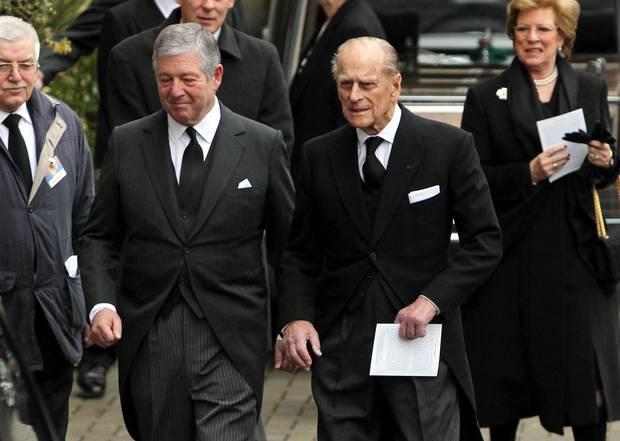 Prinz Philip kommt zwischen Kronprinz Alexander von Jugoslawien und Königin Ann-Marie von Griechenland zur Trauerfeier seiner Nichte.
