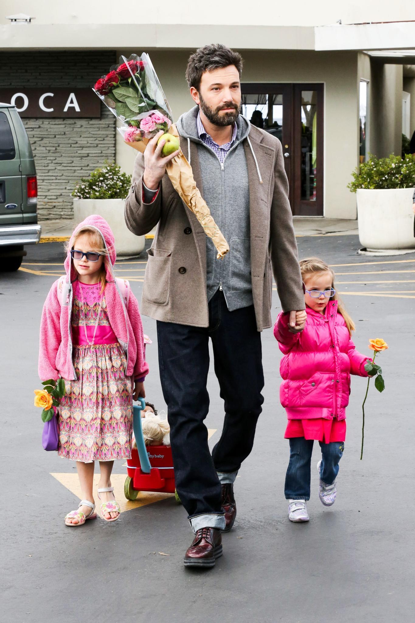 27. Januar 2013   Ben Affleck ist mit seinen Töchtern Violet und Seraphina in Pacific Palisades unterwegs. Für Mama Jennifer Garner gibt es Blumen vom Markt.
