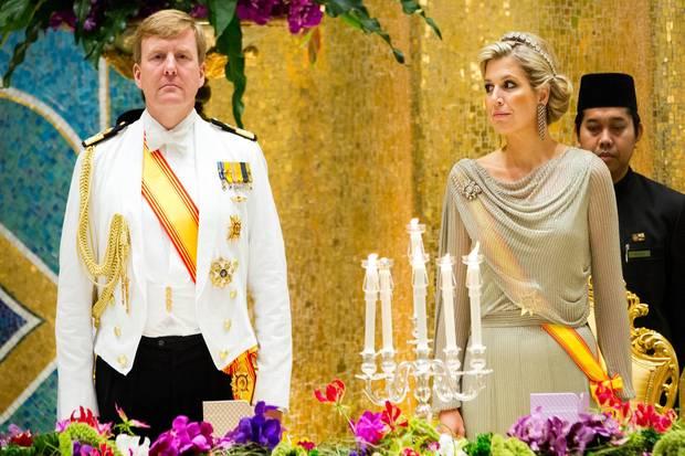 Staatstragende Pose, dazu viele Orden: Schon beim Bankett in Brunei Ende Januar sahen Willem-Alexander und Máxima geradezu königlich aus.