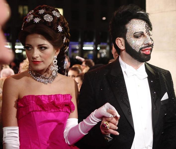 Der bizarre Modezar Harald Glööckler kam 2013 ebenfalls zum Wiener Opernball - mit viel Deko im Gesicht und hier in Begleitung von Xenia, Prinzessin von Sachsen.