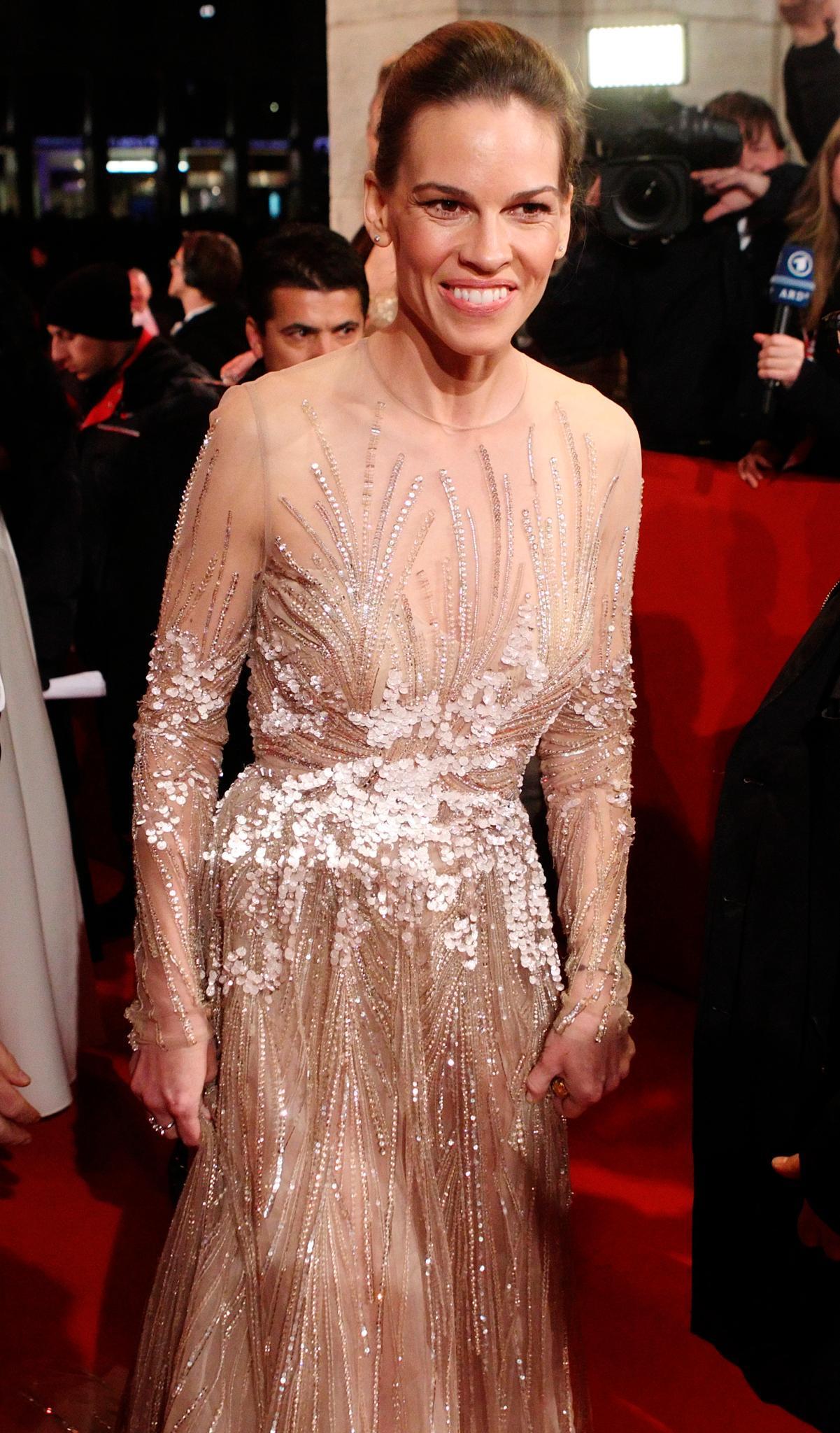 Auch Hilary Swank war zu Gast beim Wiener Opernball 2013 und fühlte sich wie in die Vergangenheit zurückversetzt. Ganz gegenwärtig trug sie jedoch den aktuellen Opernball-Trend: Glitzer.