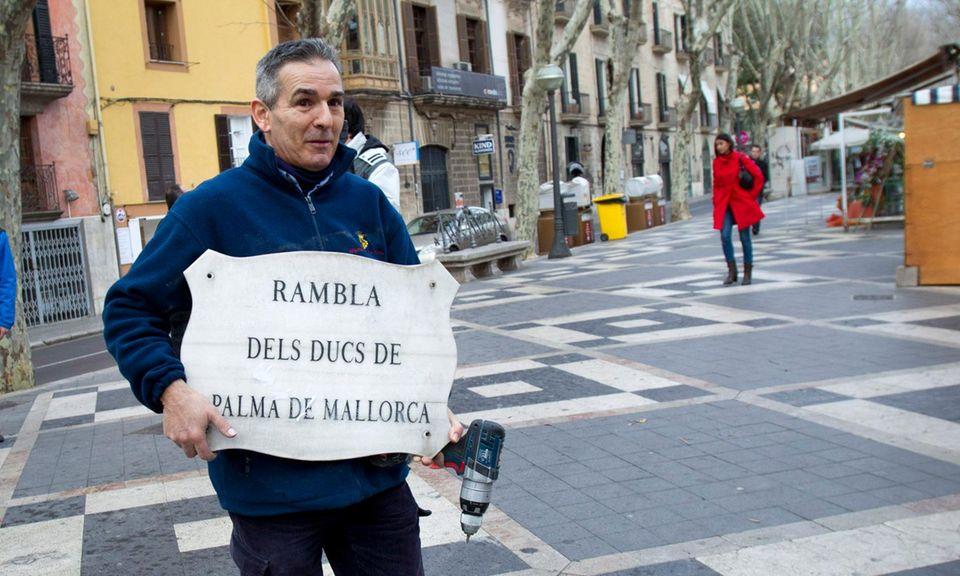 """Die """"Allee der Herzöge von Palma"""" in Palma wird umbenannt. Ab sofort heißt sie schlicht nur noch """"Allee"""". Damit wurde noch ein Hinweis auf den aktuellen Herzog von Palma, Iñaki Urdangarin, entfernt."""