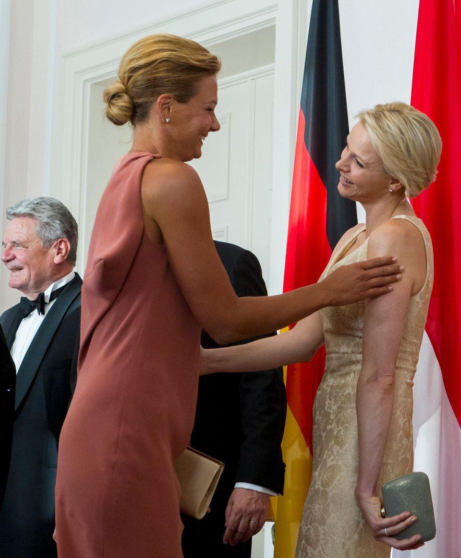 Was ihr Spass macht Abseits vom Hofprotokoll: Im Juli 2012 trifft sie in Berlin auf ihre gute Freundin Franzi van Almsick und begrüsst sie freudestrahlend.