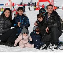 Ganz geordnet posieren Prinzessin Marie, Prinz Nikolai, Prinzessin Athena, Prinz Henrik, Prinz Felix und Prinz Joachim für die Fotografen im Schnee.