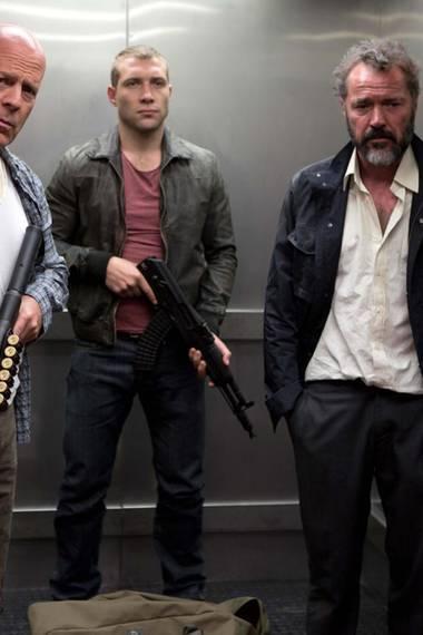 """In Teil 5 der """"Die Hard""""-Reihe verschlägt es John McClane (Bruce Willis, l.) nach Moskau. Zusammen mit seinem Sohn Jack (Jai Courtney, M.) und dem russischen Wissenschaftler Komorov (Sebastian Koch) gerät er im Krieg zwischen Unterwelt und Politik schnell zwischen die Fronten. Explosiv!"""