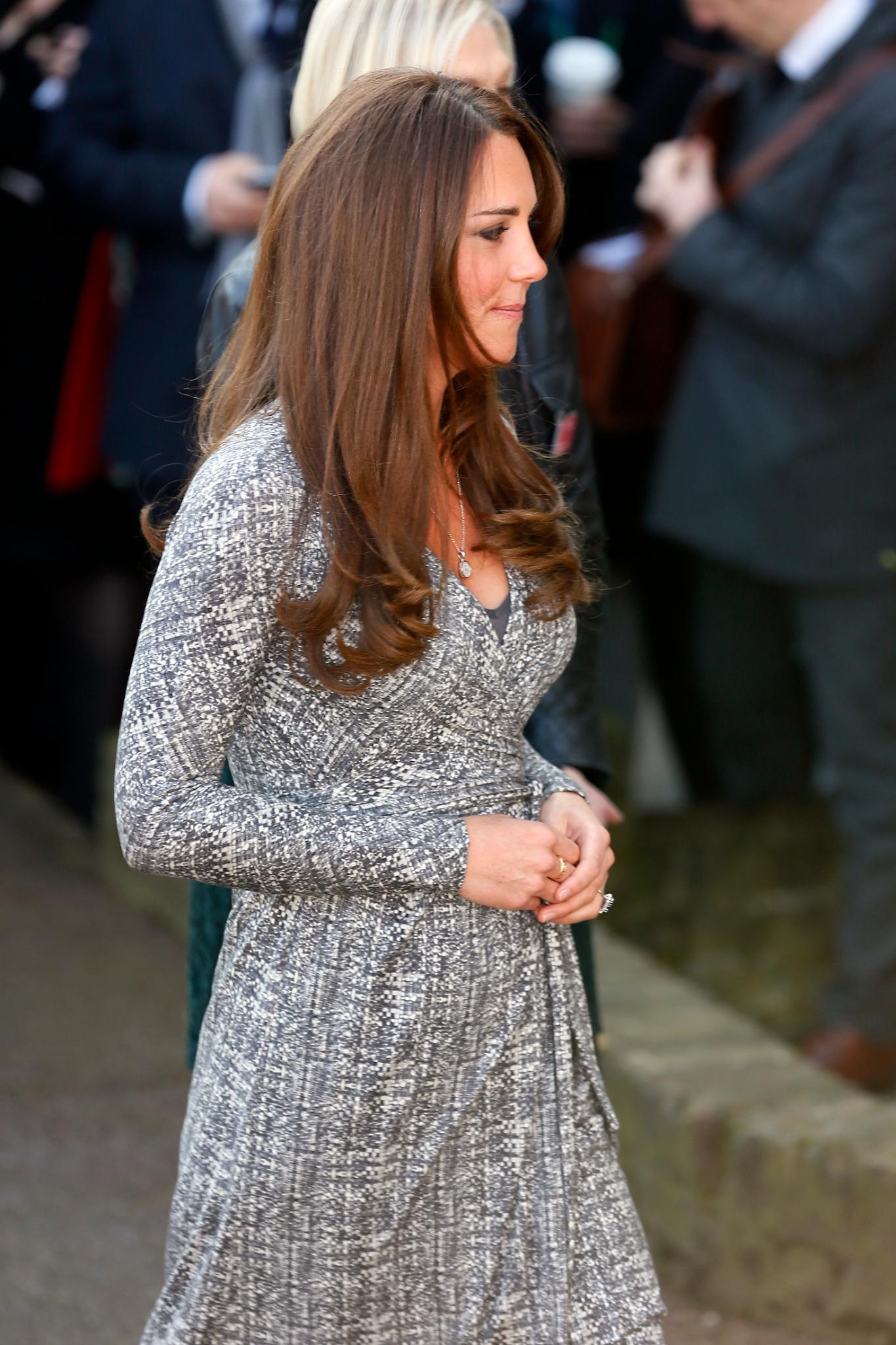 HIer lässt sich ein erstes bisschen Babybauch der schwangeren Herzogin von Cambridge erahnen.
