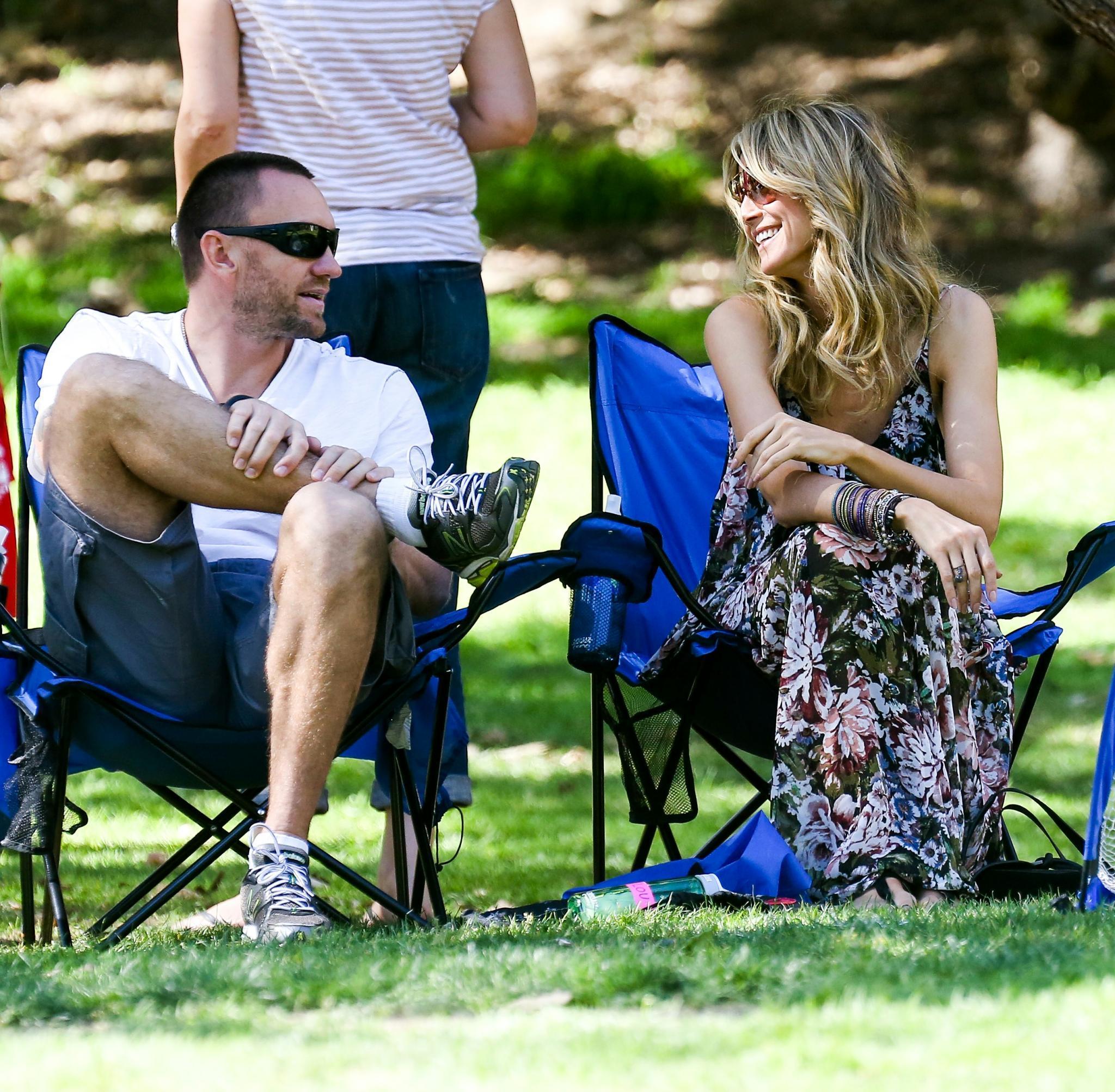 """Verliebte Blicke: Heidi Klum mit Martin Kirsten am Wochenende am Rande eines Kinder-Fußballspiels.""""Mir geht es gut"""", sagt sie ein Jahr nach der Trennung von Seal."""