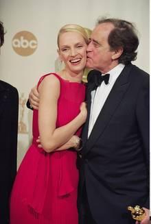 Arthur Cohn verteilt gerne Küsschen - hier bekommt Uma Thurman einen Kuss auf die Wange.