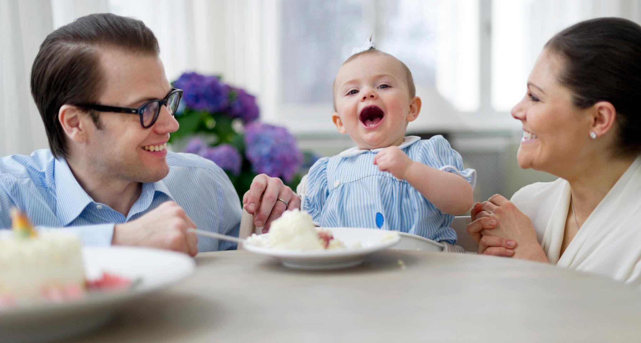 Prinz Daniel und Prinzessin Victoria freuen sich mit ihrer süßen kleinen Tochter über den Kuchen.