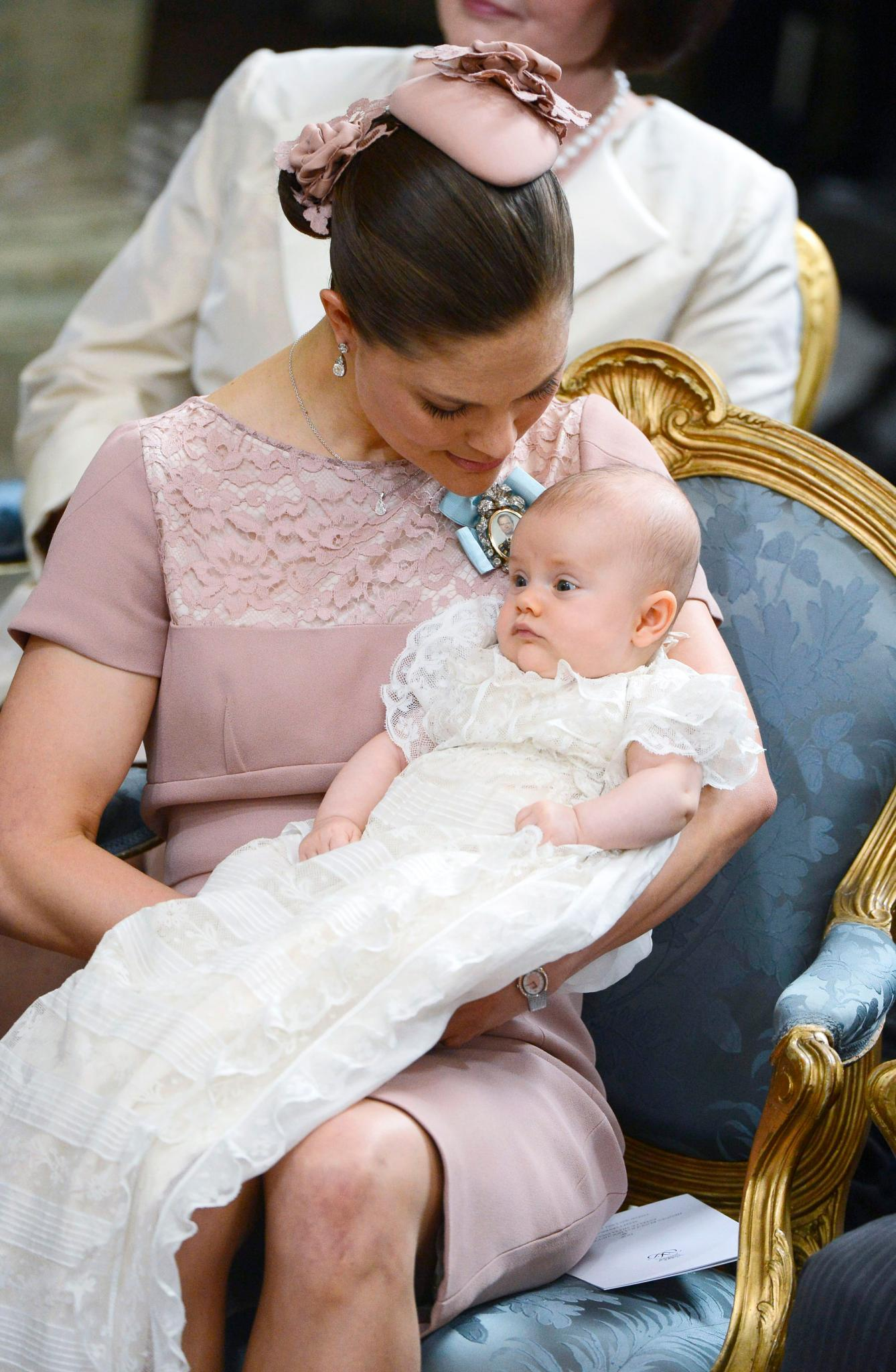 Ganz Prinzessin: Estelle bei ihrer Taufe im Mai 2012. Victoria trägt passend zum Geschlecht ihrer Tochter die Farbe Rosa.