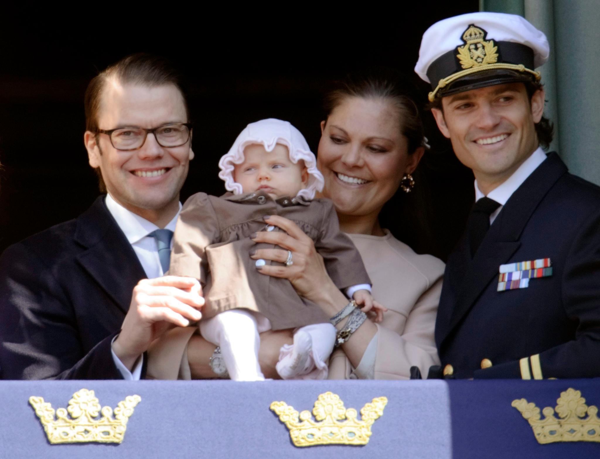Beim Winken vom Balkon braucht Estelle bei ihrem ersten großen Auftritt im April noch ein wenig Unterstützung von Papa Daniel.
