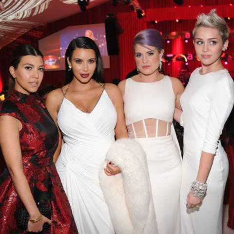 Kourtney und Kim Kardashian, Kelly Osbourne, Miley Cyrus