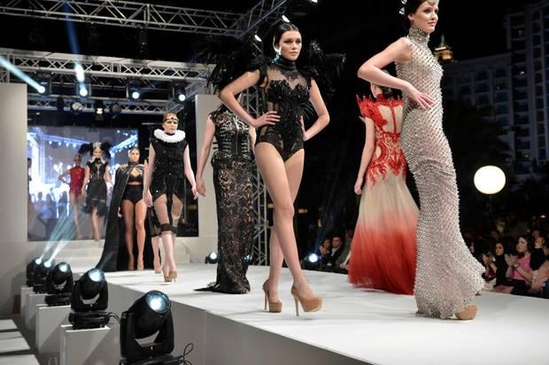 Die erste Modenschau: Nach einem langen Tag mit Reisen und Training präsentieren die Nachwuchsmodels abends eine Kollektion des philippinischen Designers Amato.