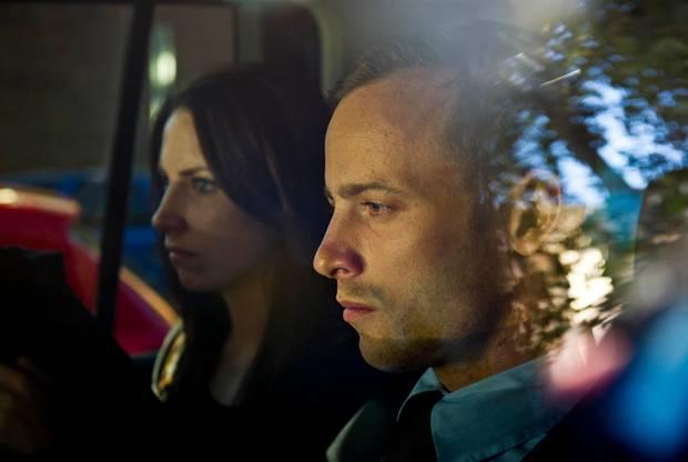 Frei auf Kaution: Pistorius verlässt mit Schwester Aimée das Gerichtsgebäude. Dort muss er wieder am 4. Juni erscheinen.