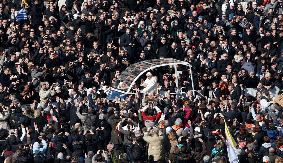Der letzte große Auftritt: Papast Benedikt hält die wöchentliche Generealaudienz auf dem Petersplatz, damit mehr Leute dabeisein können.