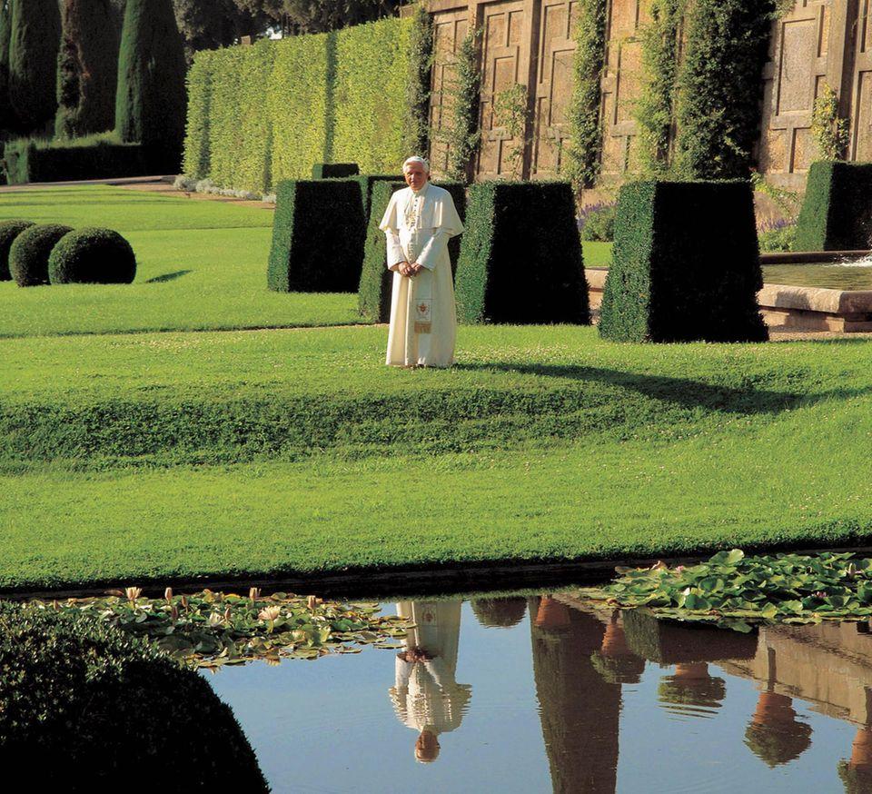 Zunächst zieht Benedikt XVI. in die päpstliche Sommerresidenz Castel Gandolfo am Mittelmeer. Der Ausblick bietet einen Kontrast zur Enge des Vatikans: die Weite des Horizonts beim Blick aus den Parkanlagen.