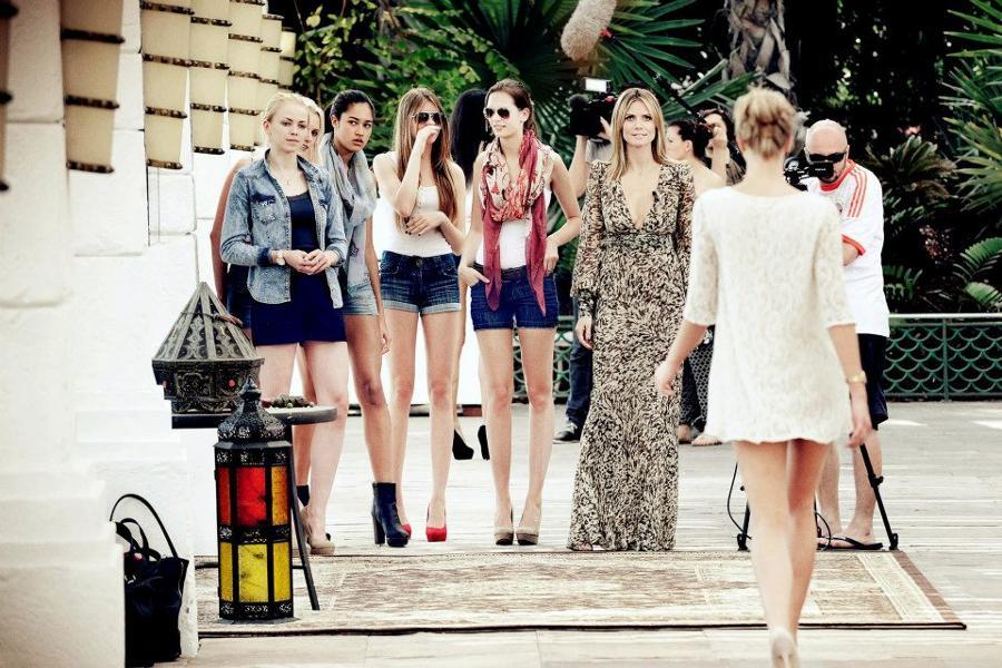 """Heidi Klum (re.) mit Kandidatinnen von """"Germany's Next Topmodel"""""""