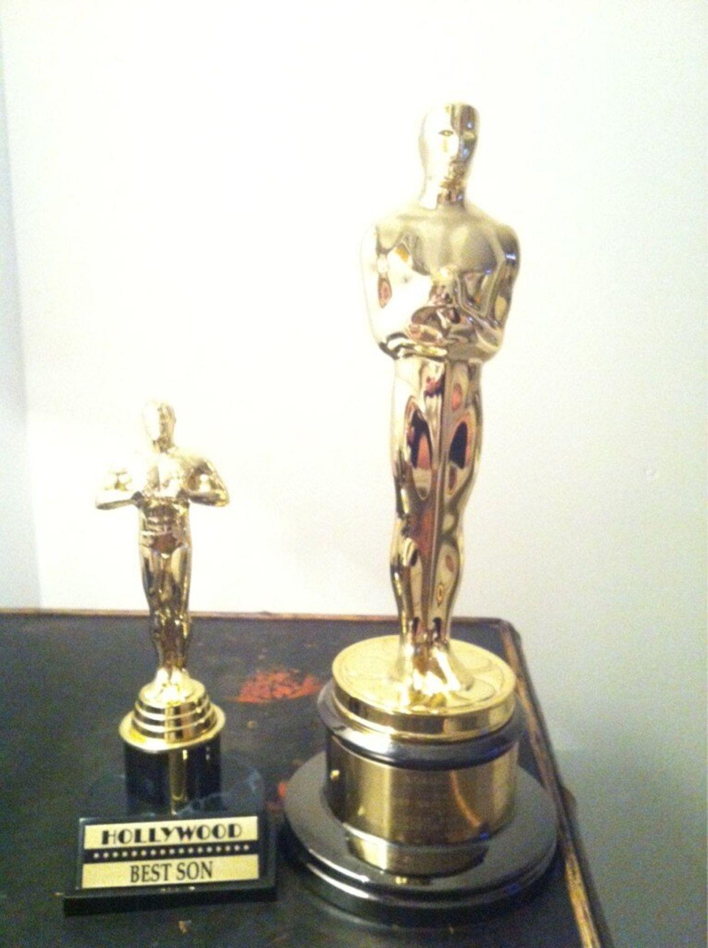 """Adele hat für den """"Bond""""-Song """"Skyfall"""" einen Oscar bekommen. Auf Twitter postete sie stolz ein Foto davon - und stellte neben den Award einen Preis mit der Aufschrift """"Bester Sohn"""". Auch in Dankesreden erwähnte Adele ihr vier Monate altes Kind immer wieder."""