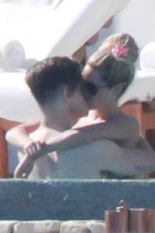 Ashley Tisdale küsst mit ihrem Freund Christopher French im Pool während ihres Urlaubs in Mexiko,