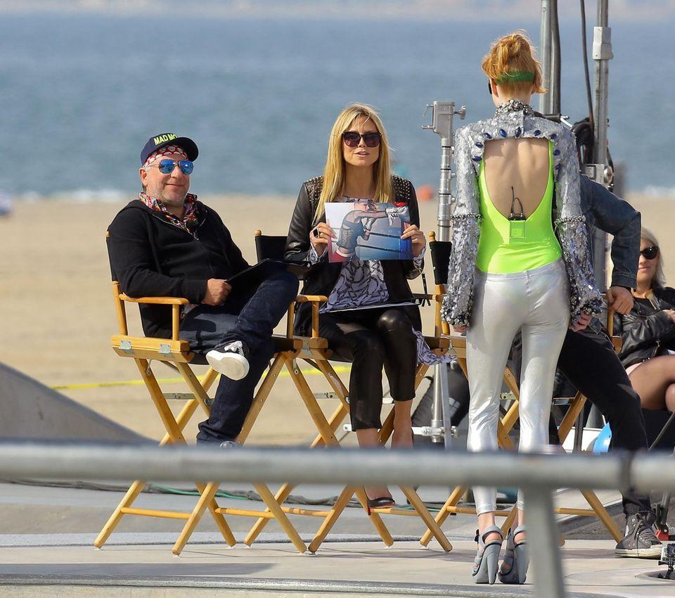 """Ja, der Job gefällt: Enrique Badulescu, 51, bei einer Jury-Sitzung mit Heidi Klum am """"Topmodel""""-Set in Dubai."""