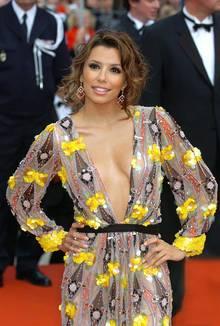 Red-Carpet-Ausrutscher: 2006 zog Eva Longoria in Cannes ihr Kleid falsch herum an - und ließ sich nichts anmerken.