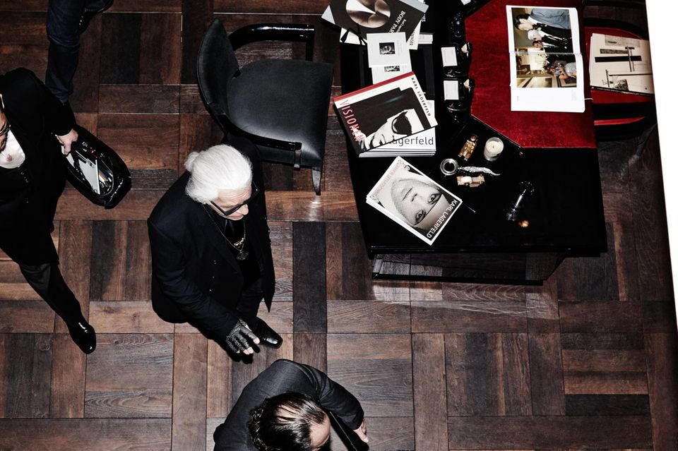 Der Künstler betritt die Galerie Gmurzynska in St. Moritz. Auf dem Schreibtisch sind diverse Kataloge von Lagerfeld-Ausstellungen zu erkennen.