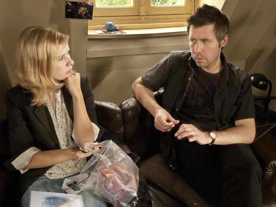 """Weil """"Paolo"""" kaum noch Zeit für sie hat, wird """"Greta"""" (links) misstrauisch und holt sich bei seinem Freund """"Derek"""" (links) Rat."""