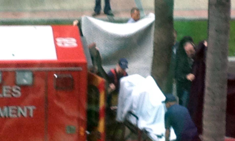 Geschützt von weißen Laken wird Kelly Osbourne ins Krankenhaus gebracht.