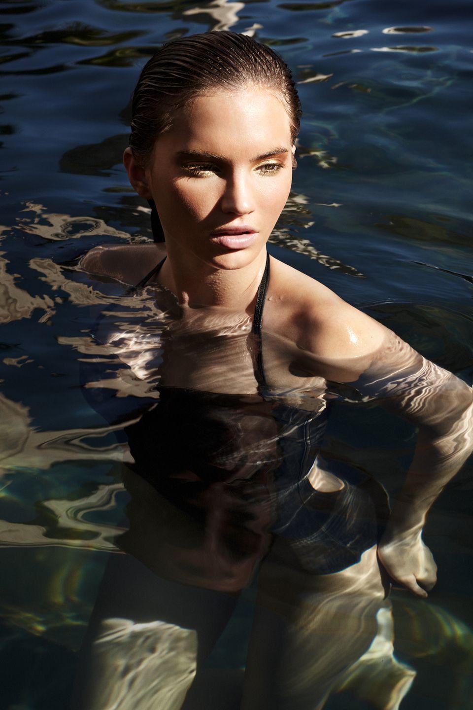 Wasser ist eine überlebensnotwendige Ressource, die es zu schützen gilt. Hier sind wir in unserem Element. (Schwarzer Badanzug mit Kroko-Print, von Palmers)