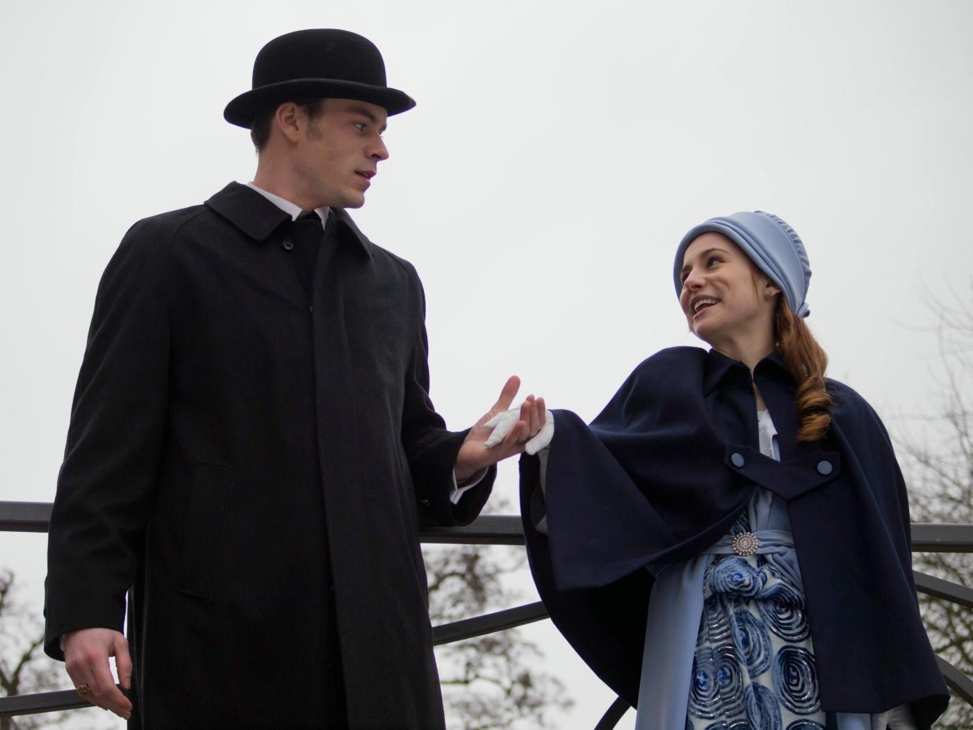 """In der Fantasy-Romanze """"Rubinrot"""" spielt Josefine Preuß (hier mit ihrem Film-Partner Florian Bartholomäi) Lucy Montrose, die zum illustren Kreis der Zeitreisenden zählt."""