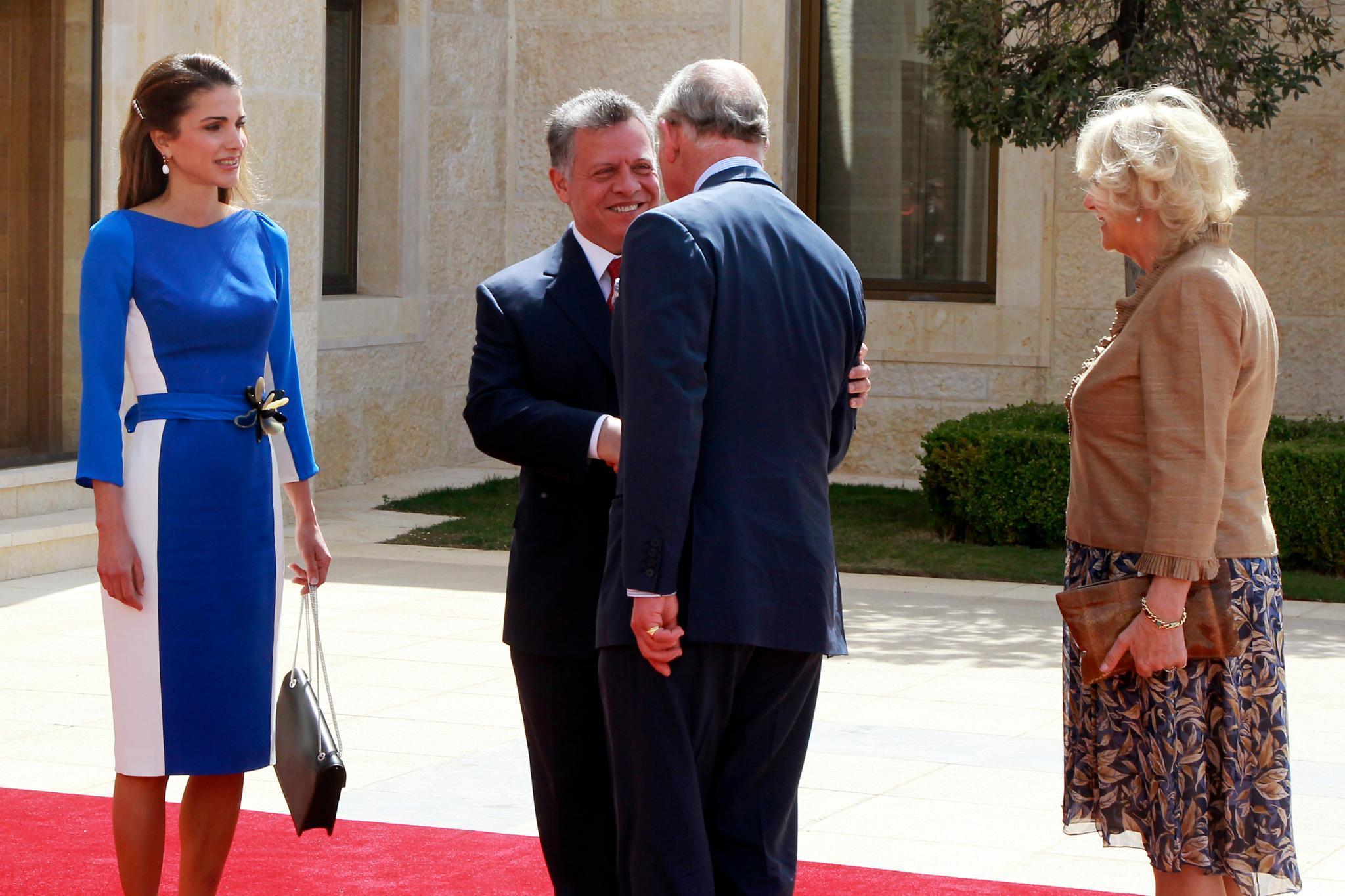 Jordaniens Königin Rania und ihr Mann, König Abdullah, empfangen die britische Abordnung aus Prinz Charles und der Herzogin von Cornwall