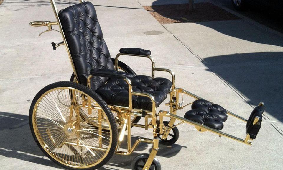 """Den vergoldeten Rollstuhl von Designer Ken Borochov, der extra für sie angefertig wurde, hat Lady GaGa """"Emma"""" getauft."""