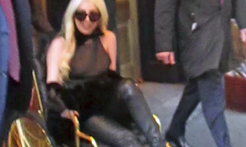 Lady GaGa verlässt im Rollstuhl ein New Yorker Hotel.