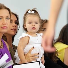 Die kleine Harper ist beim Betrachten der Kollektion von Mama Victoria Beckham schon erstaunlich aufmerksam.