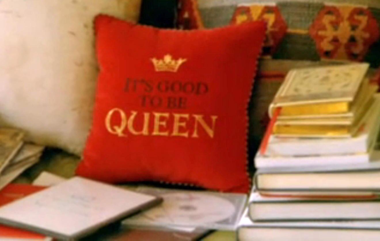 Ihren Sinn für Humor beweist die Queen bei der Wahl ihrer Kissen.