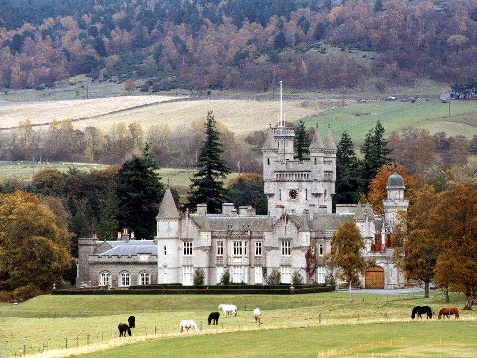 Im August und September macht die Queen mit ihrer Familie Urlaub in Balmoral. Wie es hinter den Schlossmauern und in den privaten Räumen der Royals aussieht, sah man bislang nicht.