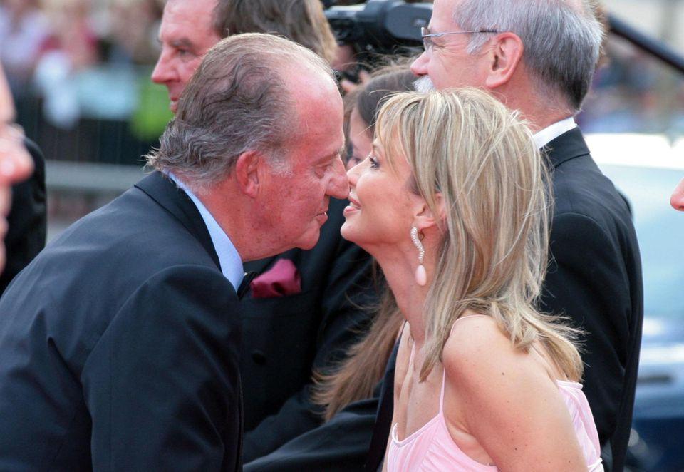 """""""Herzliche Freundschaft"""": Beim Laureus-Award 2006 in Barcelona begrüßte Juan Carlos Corinna Prinzessin zu Sayn-Wittgenstein auf dem roten Teppich mit Küsschen."""
